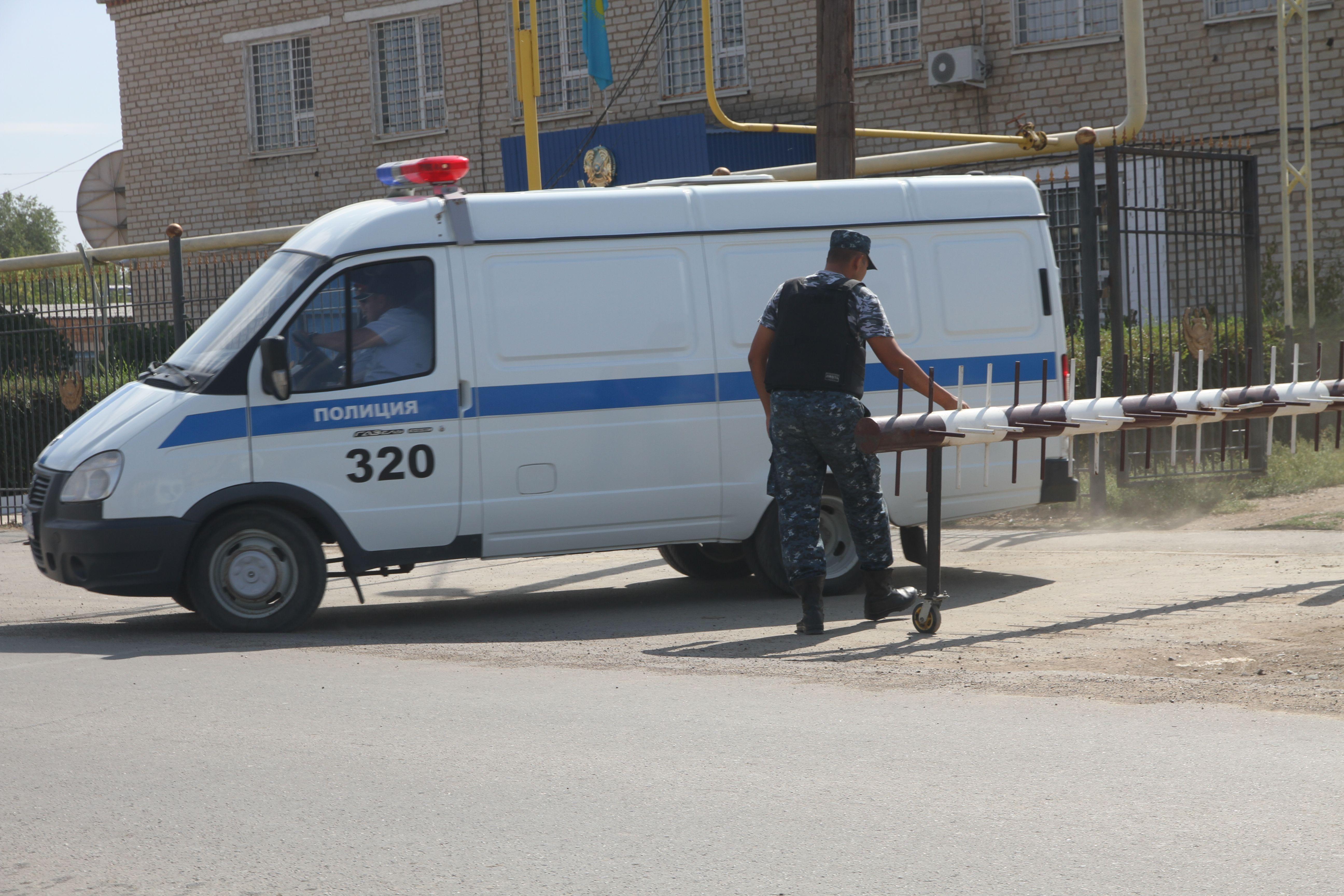 Полицейская машина вывозит тело убитого Рустема Рахишева из здания  Акжайыкского РОВД. Фото  uralskweek.kz 11e3272ce92