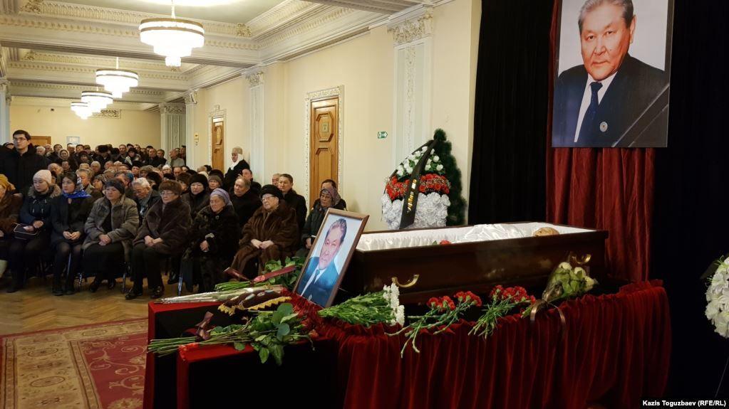 В Алматы простились с политиком Серикболсыном Абдильдиным