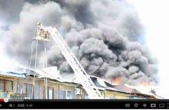 В Авангарде дотла сгорела крыша пятиэтажки