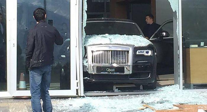 Новый Rolls-Royce въехал в витрину в Алматы