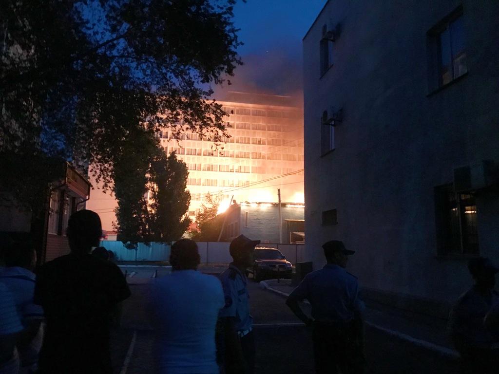 В Атырау горит гостиница