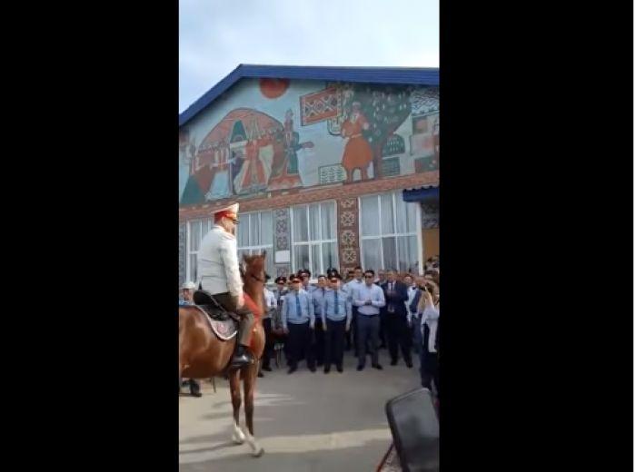 """""""Нескромное поведение"""". Токаев дал поручение МВД после видео с полицейским на коне"""
