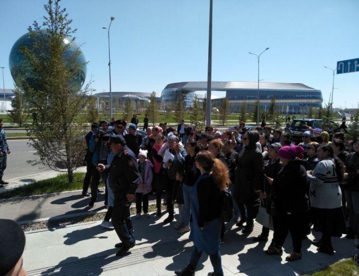 В столице Казахстана многодетные матери вышли на очередной митинг