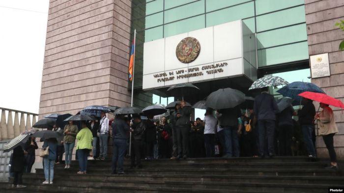 В Армении в связи с акцией по блокированию зданий судов пять материалов направлены на проверку
