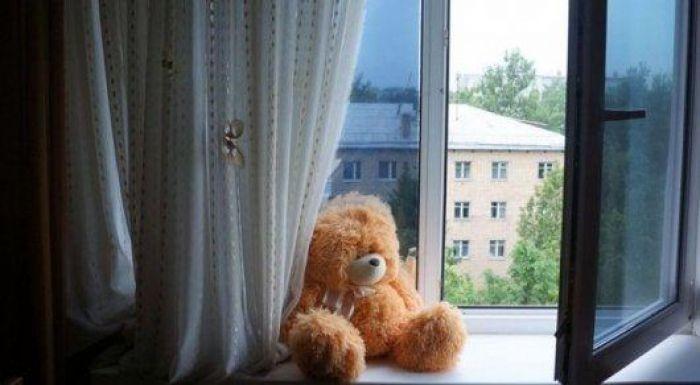 В Шымкенте трехлетний ребенок погиб, выпав из окна на восьмом этаже