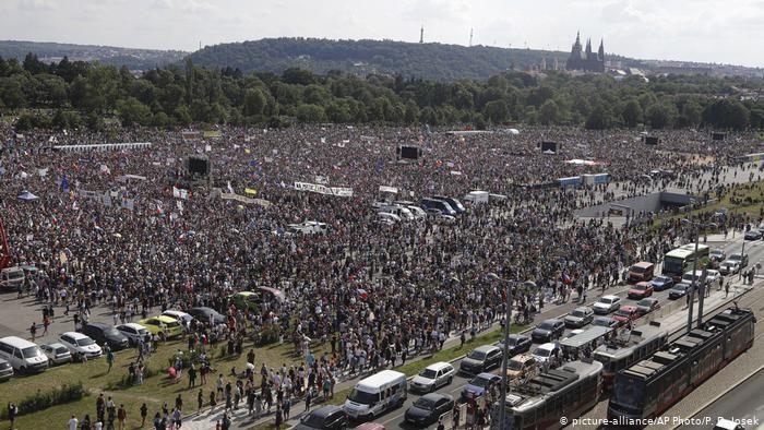 Четверть миллиона чехов в Праге требуют отставки премьера Бабиша