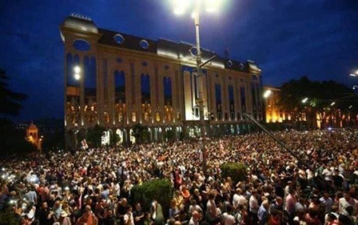 В Тбилиси протестующие настаивают на отставках и наказаниях