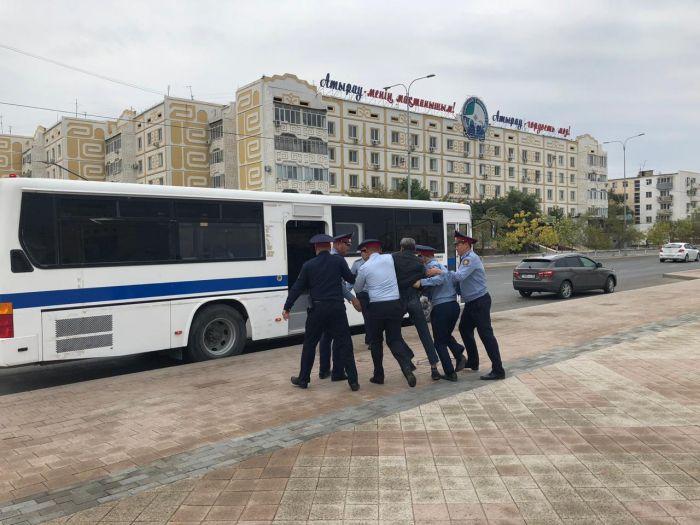В Атырау полиция задержала людей, собиравшихся на несанкционированный митинг