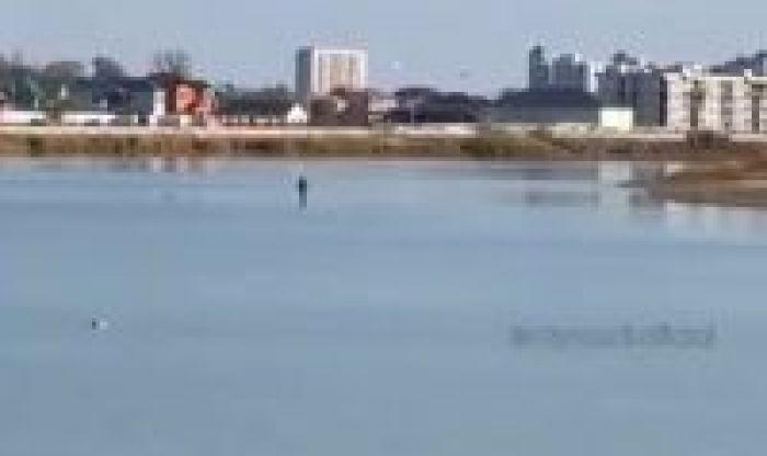 Рыбак прошёл по воде аки посуху