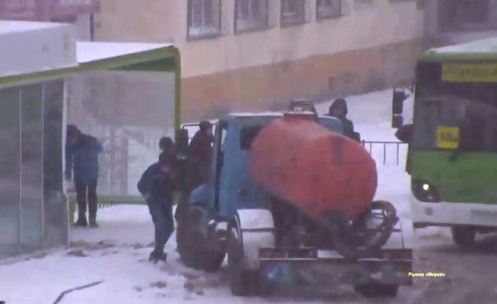 В Атырау машина-ассенизатор врезалась в остановку