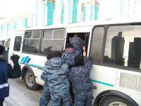 В Атырау идут задержания активистов Демократической партии