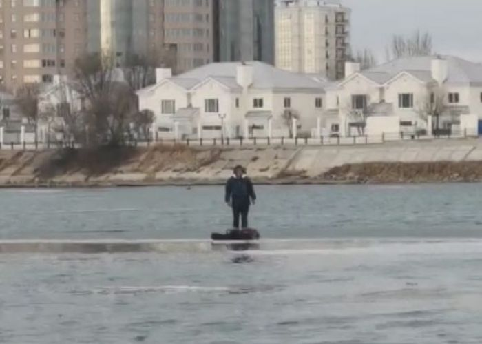 «Папанинец» поневоле. В Атырау рыбака унесло на льдине