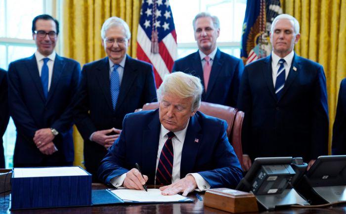 Трамп подписал закон о выделении $2 трлн помощи экономике из-за вируса