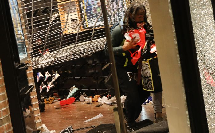 Протестующие разграбили магазины на Манхэттене