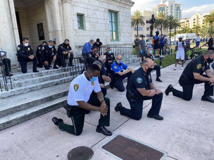 В США силовики начали присоединяться к уличным протестам против полицейского произвола