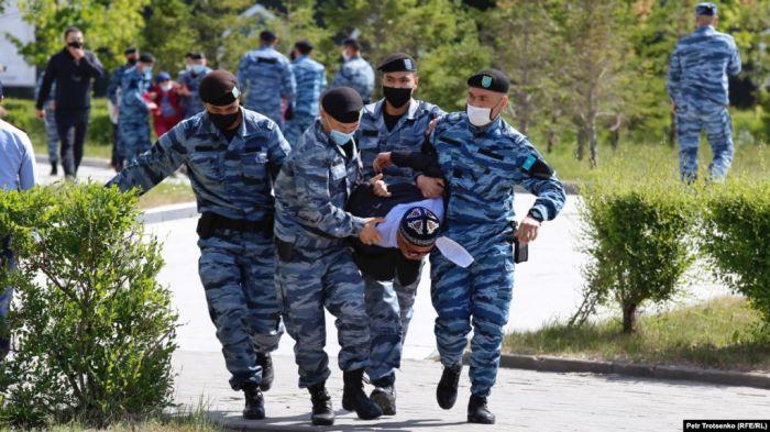 Полиция задержала протестующих в нескольких городах Казахстана