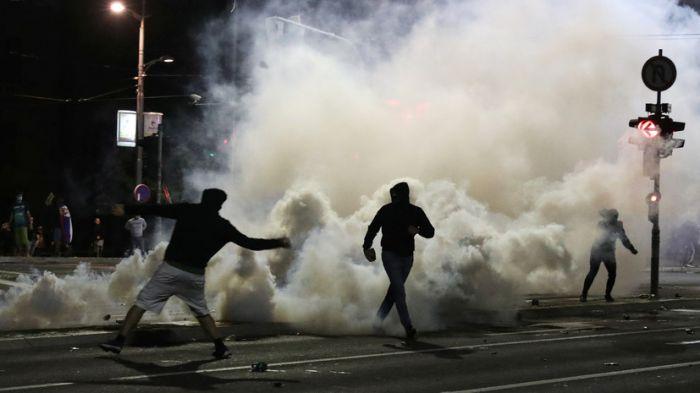 В Сербии протестующие против карантина прорвались в парламент