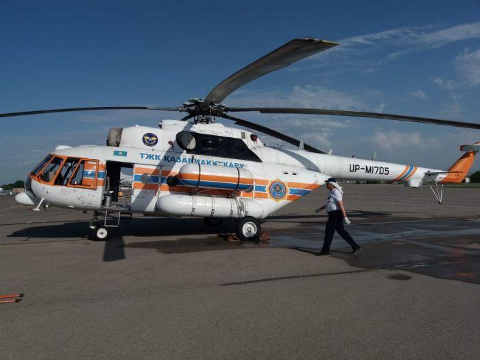 Вертолет из Шымкента тушит пожар на побережье Каспия