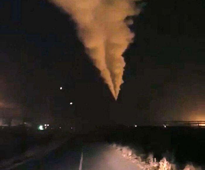 Дым с АНПЗ всколыхнул весь город, экологи говорят, всё в норме