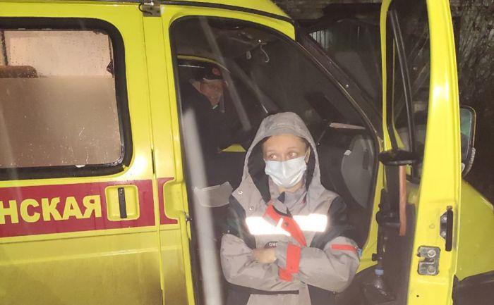 Скорая помощь привезла больных COVID к зданию минздрава Омской области