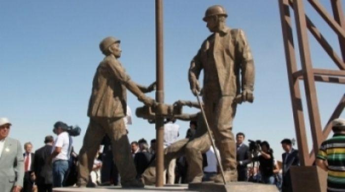 В Казахстане появился первый памятник нефтяникам
