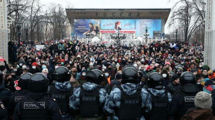 """""""Видел, кто кинул? Запомни эту мразь"""": как ОМОН разгонял акцию в поддержку Навального под градом снежков"""