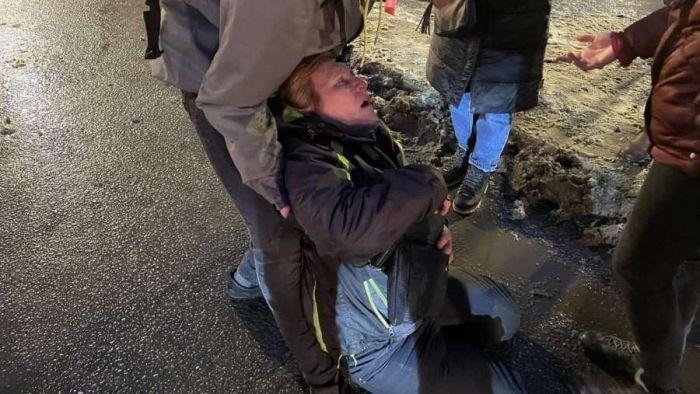 В России пострадавшую от удара полицейского на акции женщину перевели в реанимацию