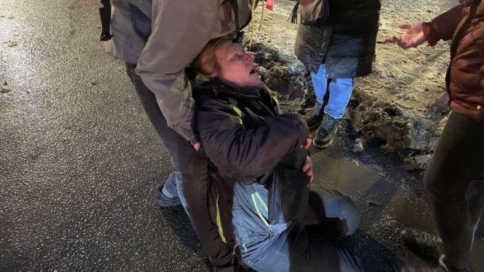 Омоновец, ударивший ногой женщину на акции протеста в Петербурге, извинился перед ней в больнице (Видео)
