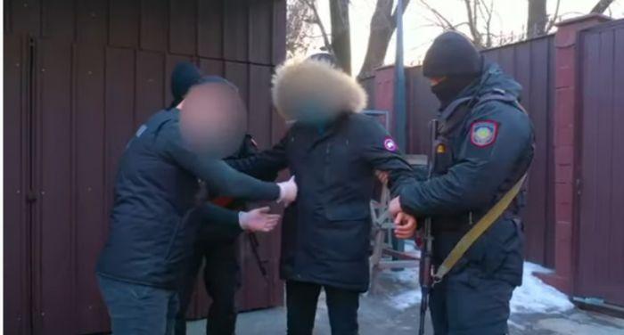 Появилось видео задержания сотрудников акимата в Алматинской области