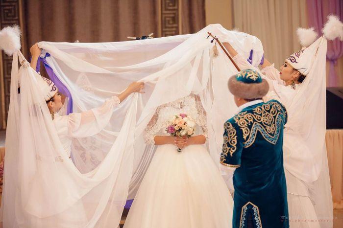 Аким района был на свадьбе на 200 человек? А докажи!