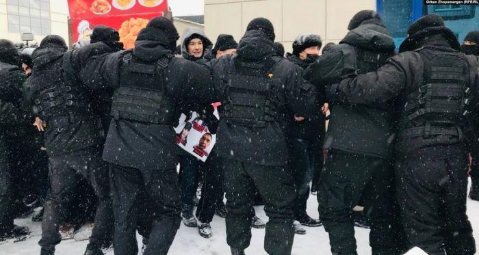 В столице полиция блокировала в кольце собравшихся на поминки по активисту Дулату Агадилу