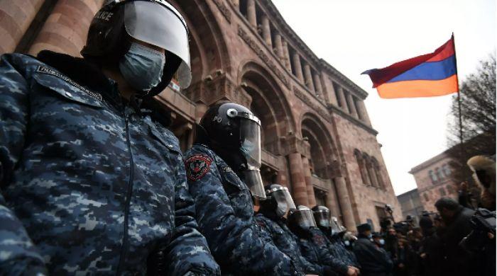 Противники Пашиняна ворвались в здание правительства