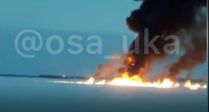 «Пожар после аварии на нефтепроводе»: кадры с горящей рекой обсуждают в Сети