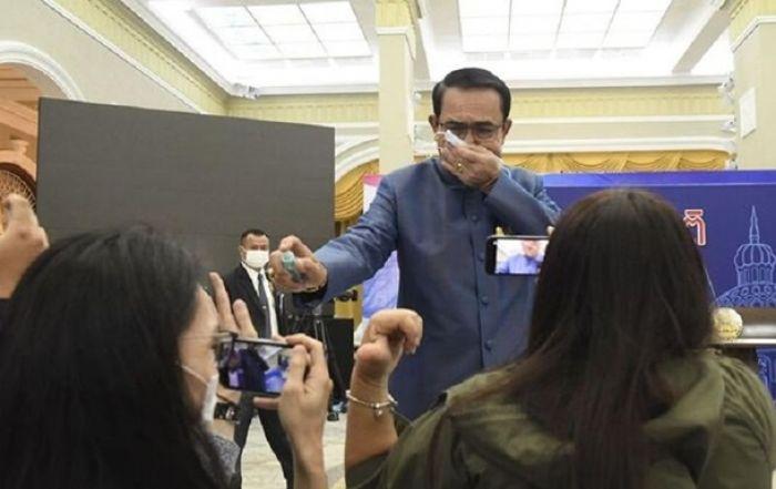 Премьер Таиланда распылил антисептик на журналистов