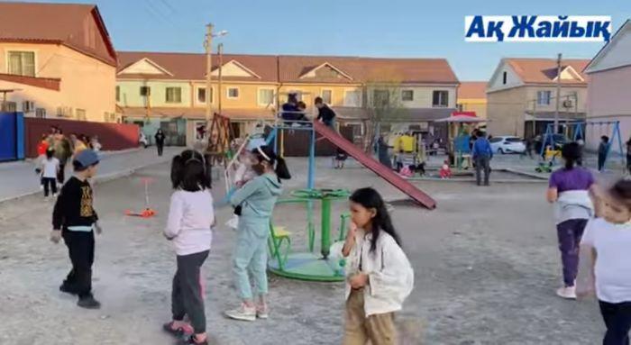Жильцы ЖК «Гаухартас» стеной встали за детскую площадку, которую построили сами