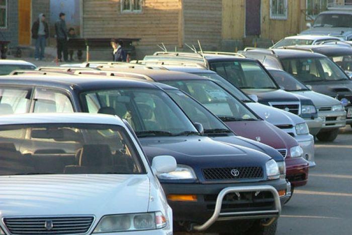 Десятки автомобилей в Актау пострадали при покраске вышки связи