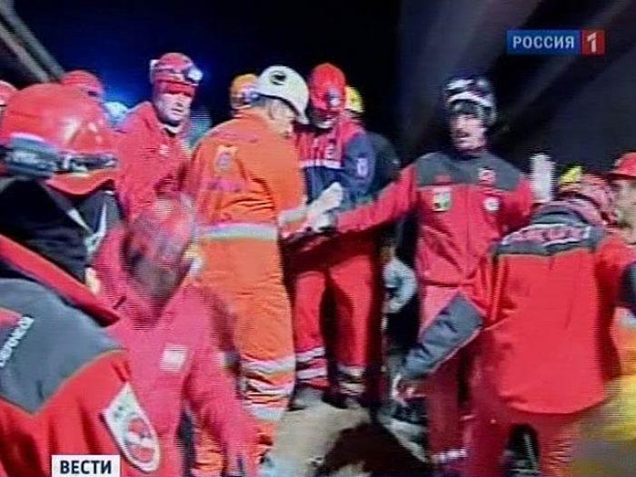 Турецкая учительница выжила после 67 часов под завалами (ВИДЕО)
