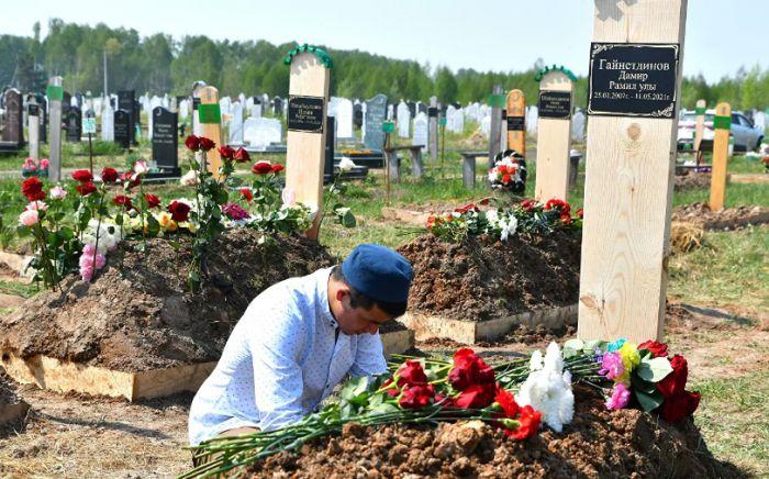 """""""Мы пришли, не могли не прийти. Такое горе"""": похороны погибших в Казани"""