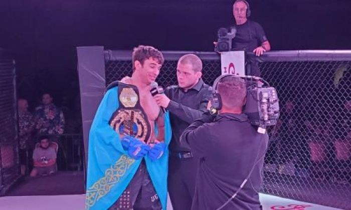 Казахстанец за две минуты нокаутировал экс-бойца UFC и забрал чемпионский титул