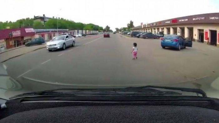 Маленькая девочка выпала из движущейся машины в Алматинской области