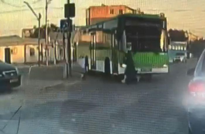 Смерть девушки под колёсами автобуса попала на видеорегистратор