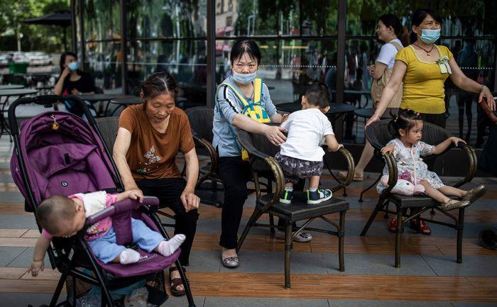 В Китае семьям разрешили заводить троих детей