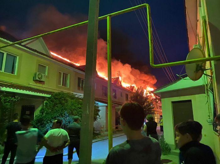Пожар в ЖК «Гаухартас»: пожарные не сразу смогли подобраться к огню