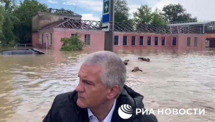 В Крыму объяснили, почему сотрудники МЧС плыли за лодкой Аксенова