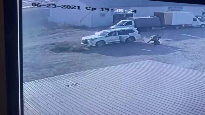 Отец с сыном задержали грабителя, напавшего на них с пистолетом в Атырау