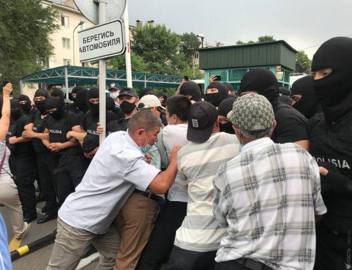 Демпартия заявила о семи пострадавших в стычках с полицией