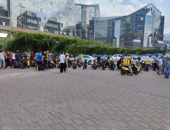 В Алматы около 100 курьеров Glovo провели митинг у офиса компании