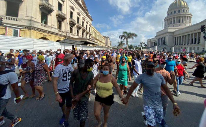 Президент Кубы призвал коммунистов выйти на улицы на фоне протестов