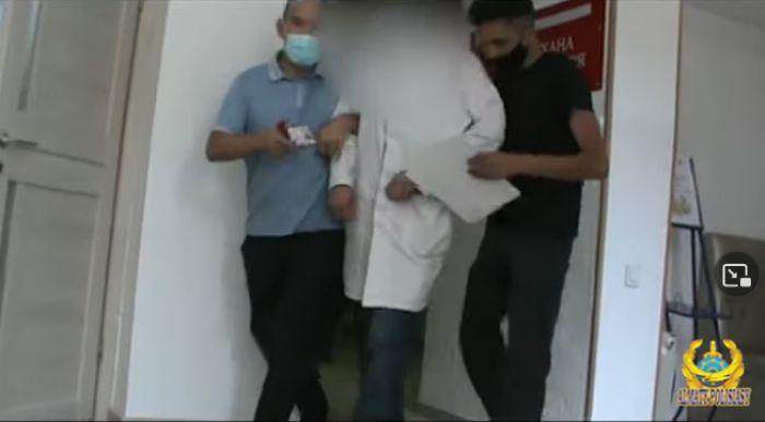 Работников трёх медучреждений Алматы уличили в продаже паспортов вакцинации