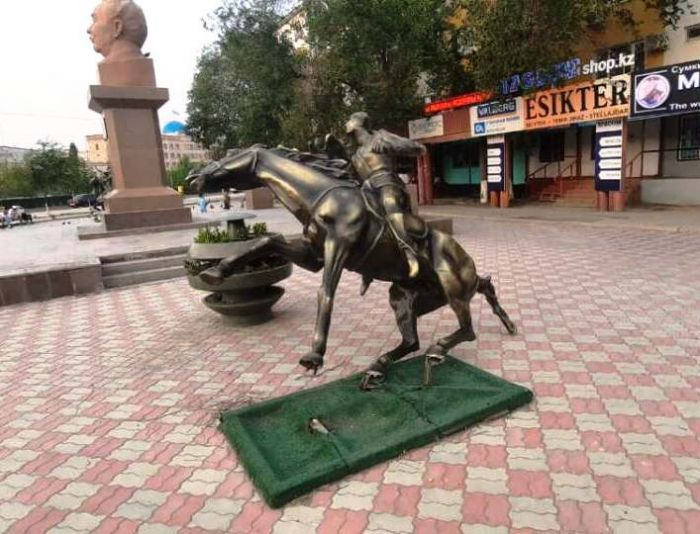 Пьяный хулиган сломал металлическую скульптуру в Атырау